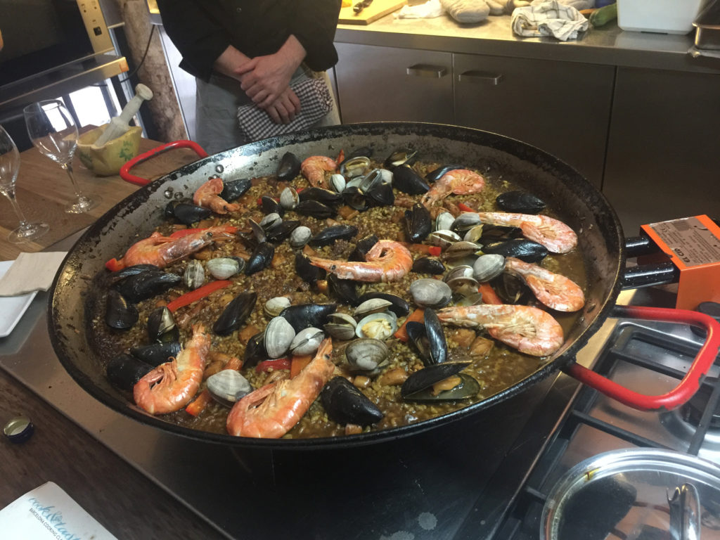 seafood paella cooking class barcelona